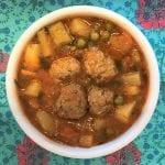 מרק ירקות וכדורי בשר