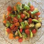 סלט טעים עם ירקות טריים וצלויים